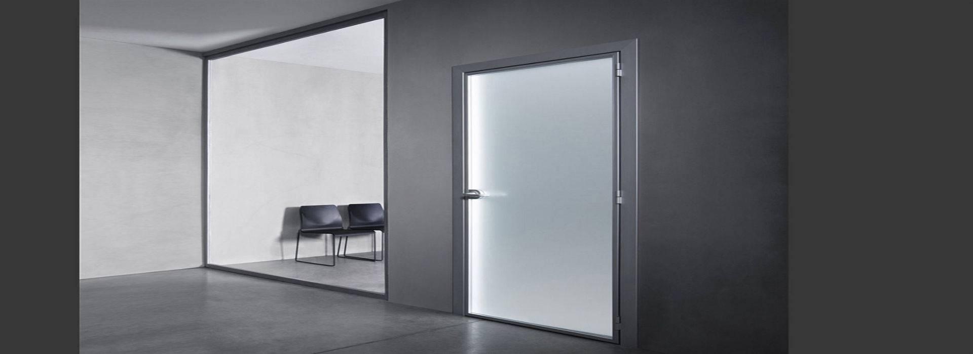 Алюминиевые двери с матовым стеклом